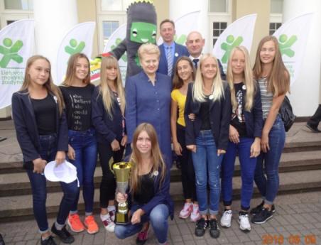 Dovilų pagrindinės mokyklos moksleiviai tarp visų Lietuvos kaimo vietovių pagrindinių mokyklų iškovojo trečiąją vietą. Z.Bitino nuotr.